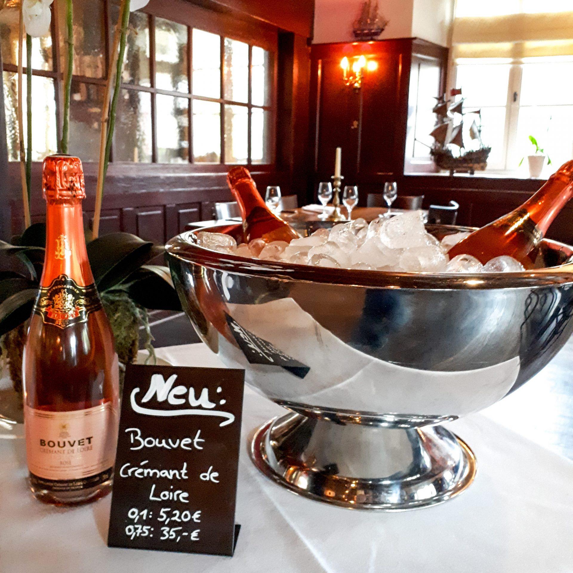 Crémant Rosé auf Tisch im Restaurant Schiff